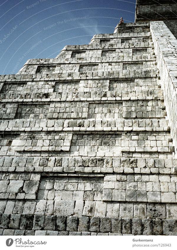 Maya Steilwand Tempel Indianer Mittelamerika steil aufsteigen Bergsteigen Mexiko Gotteshäuser historisch chichen itzamaya Pyramide Himmel menschlein Stein