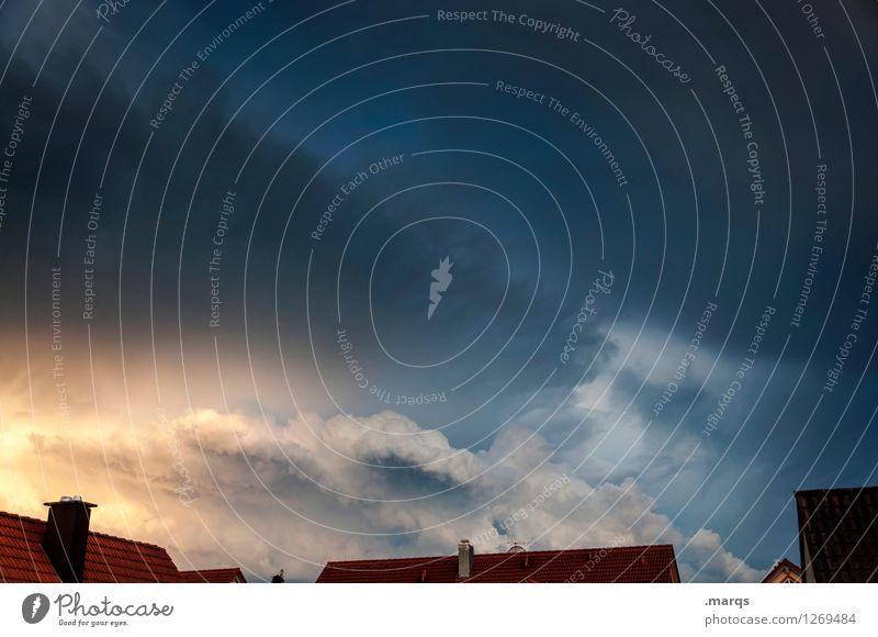 Wetter Natur Urelemente Himmel Wolken Gewitterwolken Klima Klimawandel Unwetter Dach Schornstein bedrohlich gruselig Stimmung Endzeitstimmung Umwelt