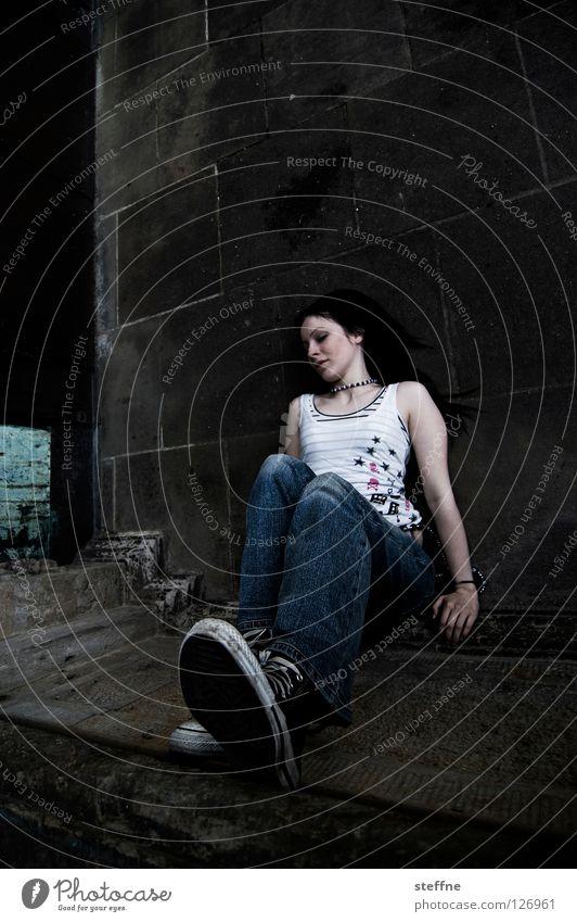 WHERE IS MY MIND? Frau schön Erholung Wand Mauer Zufriedenheit Junge Frau sitzen Bodenbelag Ecke Jeanshose Club Langeweile bewegungslos attraktiv Strebe