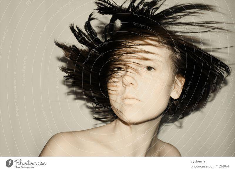 Shake of the Head Frau schön Beautyfotografie Porträt geheimnisvoll schwarz bleich Lippen Stil lieblich Selbstportrait Gefühle Licht Schwäche feminin