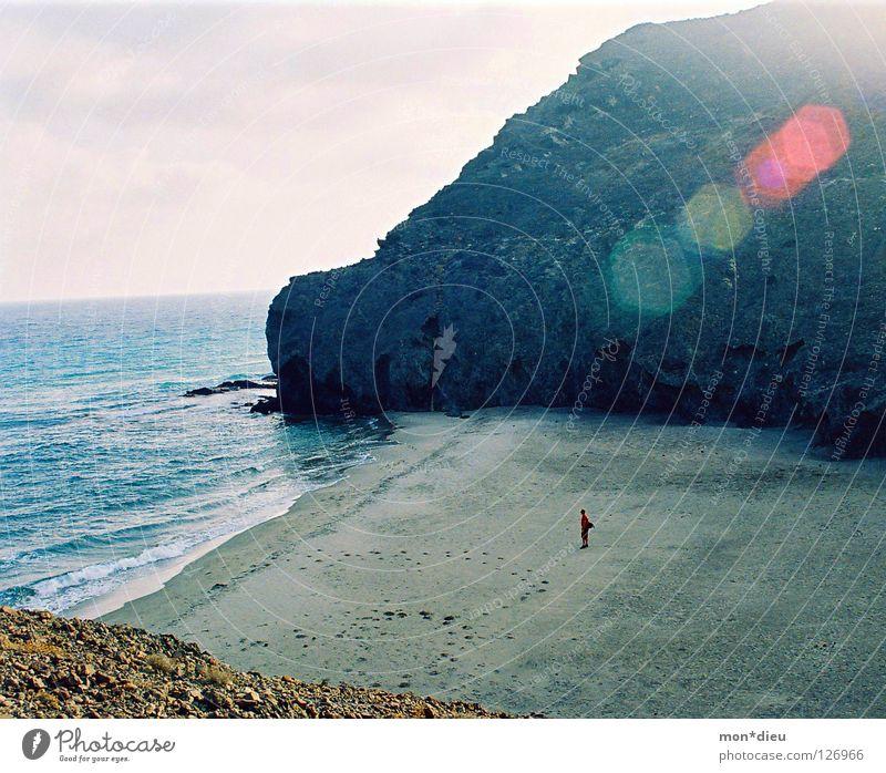solo Mensch Ferien & Urlaub & Reisen Sommer Sonne Erholung Meer Einsamkeit ruhig Ferne Strand Berge u. Gebirge Küste Freiheit Kunst Schwimmen & Baden Sand
