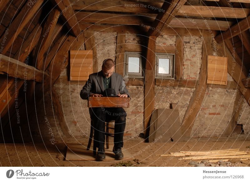 Person 28 Mann alt Einsamkeit Wand Fenster Sand Religion & Glaube warten Zeit Hoffnung Trauer rund Aussicht Stuhl Schriftzeichen Mitte