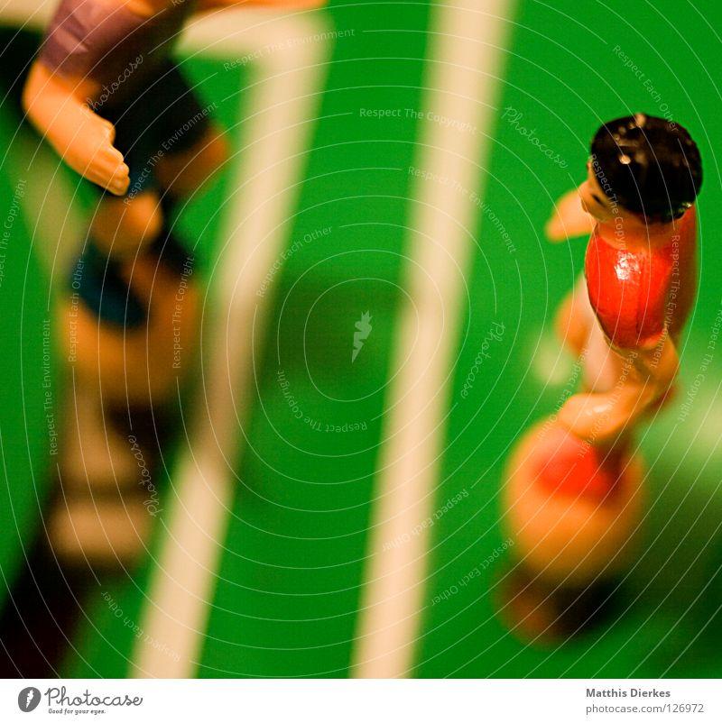 Strafraum Ballsport Spielen Torwart Feindschaft Stürmer Platz Fußballplatz Spielfeld Defensive Angriff Sturm retro Elfmeter Regel Regelung Foul Mann Taktik
