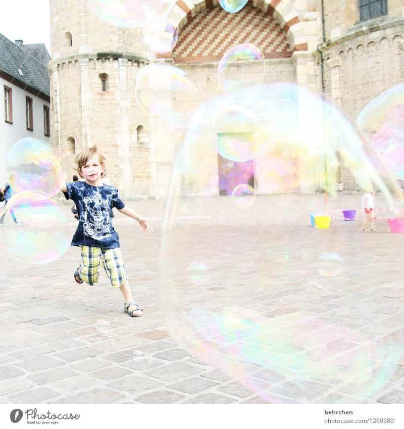 L (ebendig) Kind Junge Kindheit 3-8 Jahre Trier Stadtzentrum Kirche Dom Bauwerk Gebäude Architektur Sehenswürdigkeit Bewegung fangen fliegen Jagd laufen Spielen