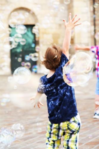 E (in abenteuer) Kind schön Hand Freude Junge Spielen Glück außergewöhnlich springen wild frei Kindheit Fröhlichkeit Arme laufen fantastisch