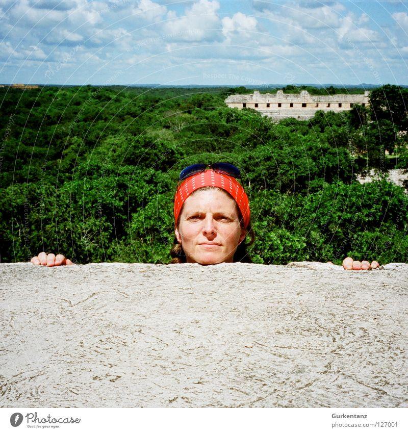 75 - Schau mal! Frau Himmel blau grün Baum rot Wolken Wald Kopf Stein Mauer Finger verfallen Urwald Sonnenbrille Brille