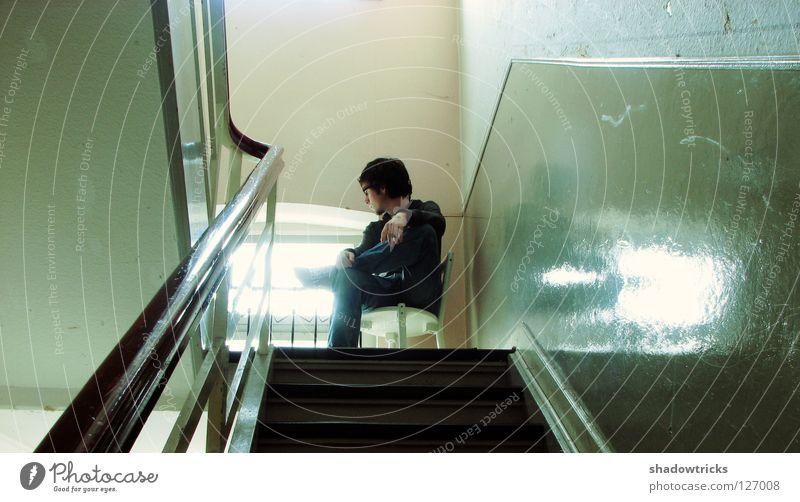 Das Warten Möbel Sitzgelegenheit Wand Treppenhaus dunkel glänzend Flur weiß Aussicht Fenster Licht Sonne Mensch Stuhl Furniture alt Chair sitzen Vierfarbform