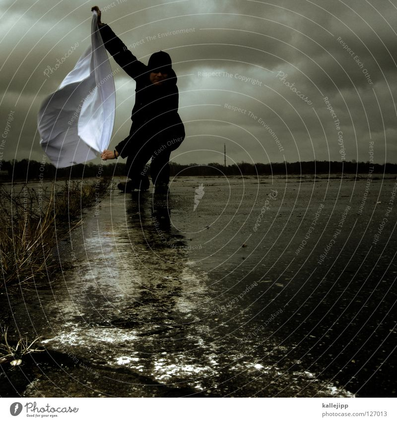 gegenwind Mensch Mann weiß Wolken Einsamkeit Landschaft Luft Regen Feste & Feiern Wetter Wind Klima Schilder & Markierungen Energiewirtschaft nass Beton