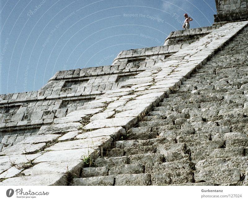 Top of Yucatan Frau Mensch Himmel Stein Treppe Klettern Bergsteigen aufsteigen Mexiko steil Tempel Abstieg Pyramide Indianer