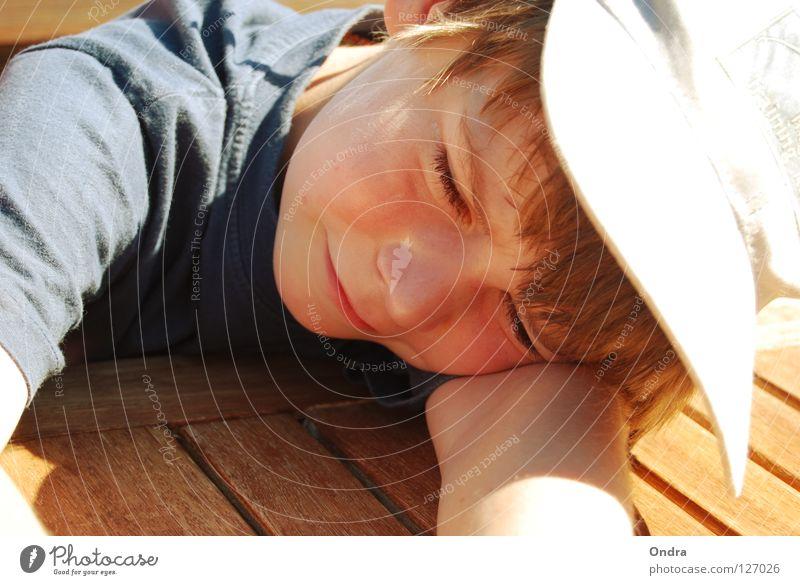 Schlafkappe Mensch Kind Sommer Gesicht Erholung Junge Holz Haare & Frisuren Kopf Wärme Wasserfahrzeug maskulin schlafen Tisch liegen Müdigkeit