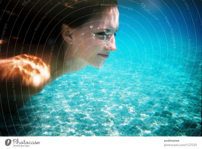 underwater splash Unterwasseraufnahme See zyan blau Schwimmbad Meerjungfrau Nixe türkis Sommer Wasser Silhouette Luftblase Reflexion & Spiegelung