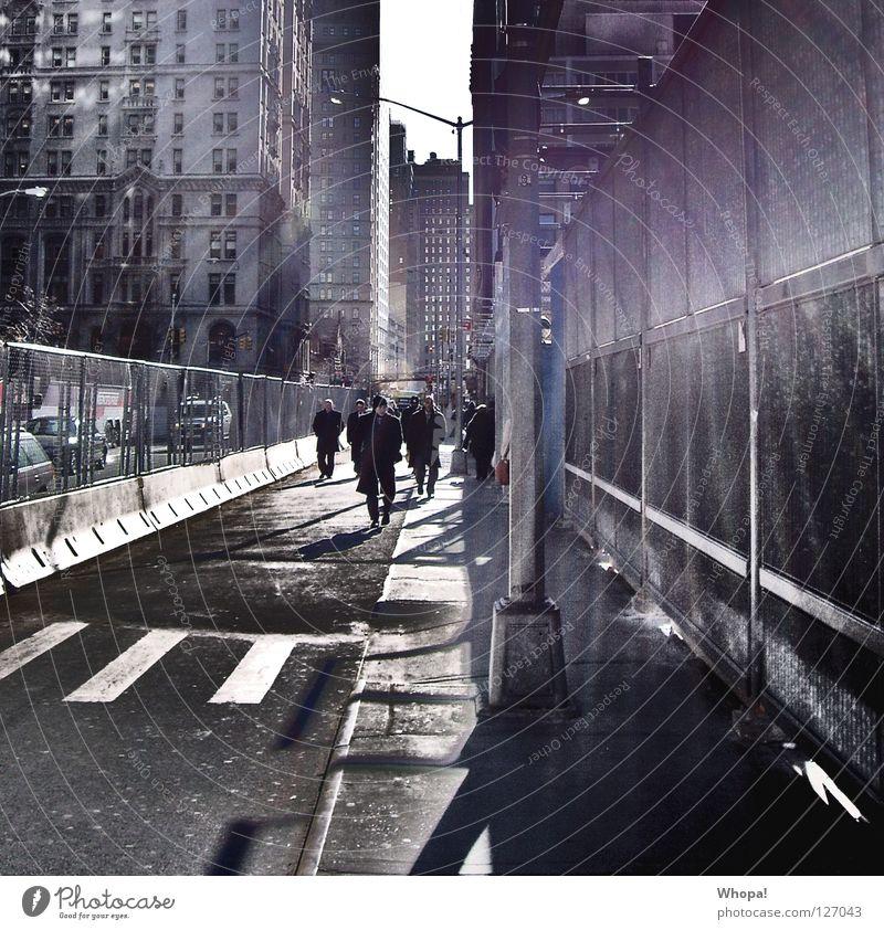 Walkin' by Ground 0 New York City Manhattan Mann gehen Sonne blenden Zaun Bauzaun Baustelle Zebrastreifen Stimmung Eile Stress Mittagspause Festessen Mensch