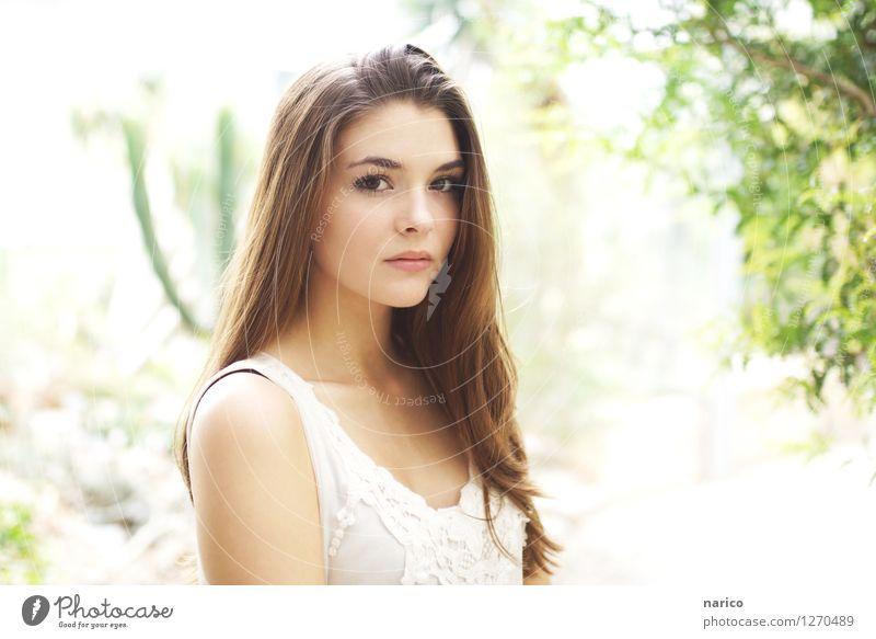 Stella II Mensch feminin Junge Frau Jugendliche 1 18-30 Jahre Erwachsene brünett langhaarig Scheitel beobachten ästhetisch schön braun weiß Rehauge Blick