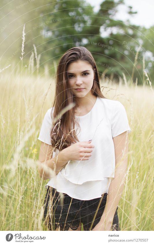 Stella VII feminin Junge Frau Jugendliche Erwachsene 1 Mensch 13-18 Jahre 18-30 Jahre Natur Landschaft Pflanze Sträucher Wildpflanze Mode T-Shirt Hose