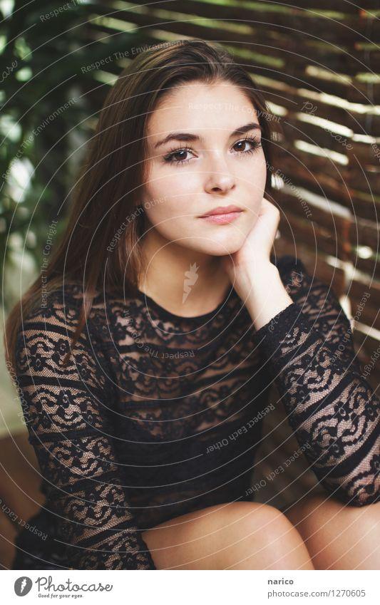 Stella IV Mensch feminin Junge Frau Jugendliche 1 18-30 Jahre Erwachsene Mode Haare & Frisuren brünett langhaarig glänzend Blick sitzen träumen ästhetisch