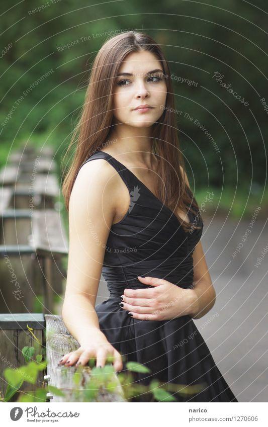 Stella VIII Mensch Jugendliche Pflanze schön Junge Frau 18-30 Jahre Erwachsene Liebe feminin Denken Garten Haare & Frisuren Mode Park träumen elegant
