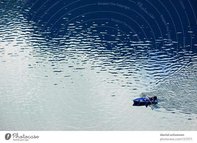 Anglertraum in blau See Wasserfahrzeug Freizeit & Hobby Angeln Wellen Hintergrundbild Muster Rudern Ruderboot ruhig Einsamkeit Oberfläche Gebirgssee Schweiz