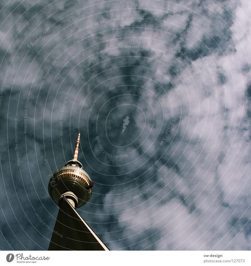 Die Spitze vom Betonturm Himmel blau weiß Wolken Berlin Graffiti Architektur Lampe Kunst Deutschland Glas Design modern groß