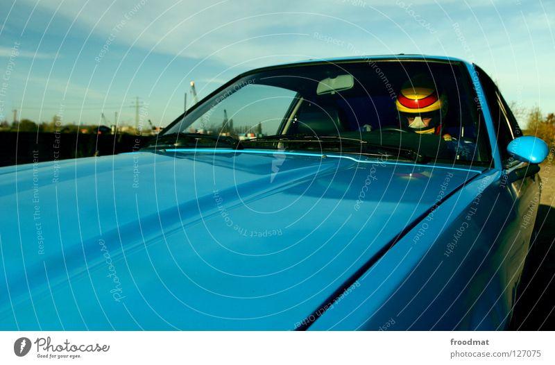 Vollgas weiter PKW Autofenster retro fahren Autofahren unterwegs Oldtimer Bildausschnitt Anschnitt Fahrer Windschutzscheibe Motorhaube Autofahrer Sammlerstück Karosserie Mantafahrer