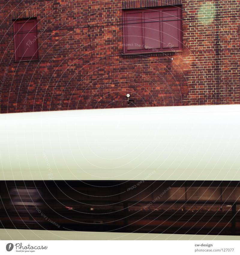Vorsicht bei der Durchfahrt des durchfahrenden Zuges! Ferien & Urlaub & Reisen alt weiß rot Haus Fenster Wand Architektur Bewegung Abteilfenster Lampe Verkehr