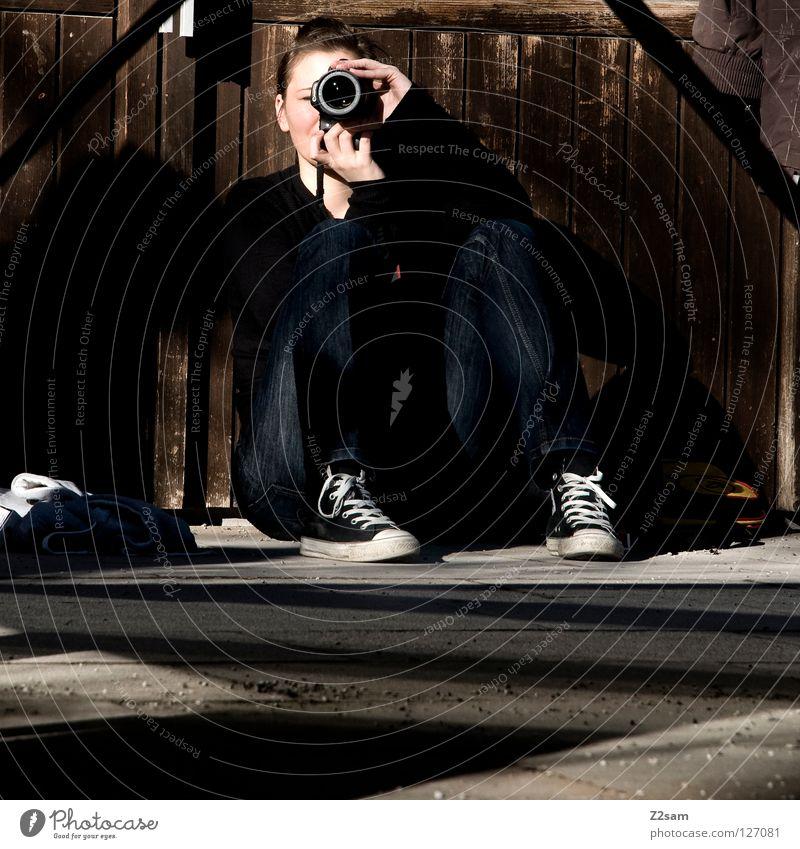 was du kannst, kann ............ Frau Mensch Erholung Holz Fotografie sitzen Beton liegen Bodenbelag Jeanshose festhalten Fotokamera fangen Teer Fotografieren