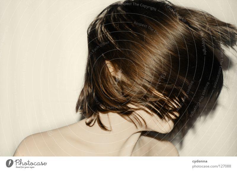 Shake of the Head I Frau schön Beautyfotografie Porträt geheimnisvoll schwarz bleich Lippen Stil lieblich Selbstportrait Gefühle Licht Schwäche feminin