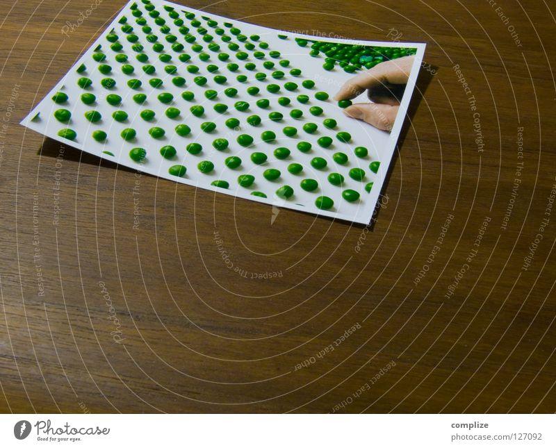 Erbsenzähler! Mann Hand grün Druckerzeugnisse Holz Fotografie Gesundheit Erwachsene Finger Kochen & Garen & Backen Küche rund Bildung Ziffern & Zahlen Kultur