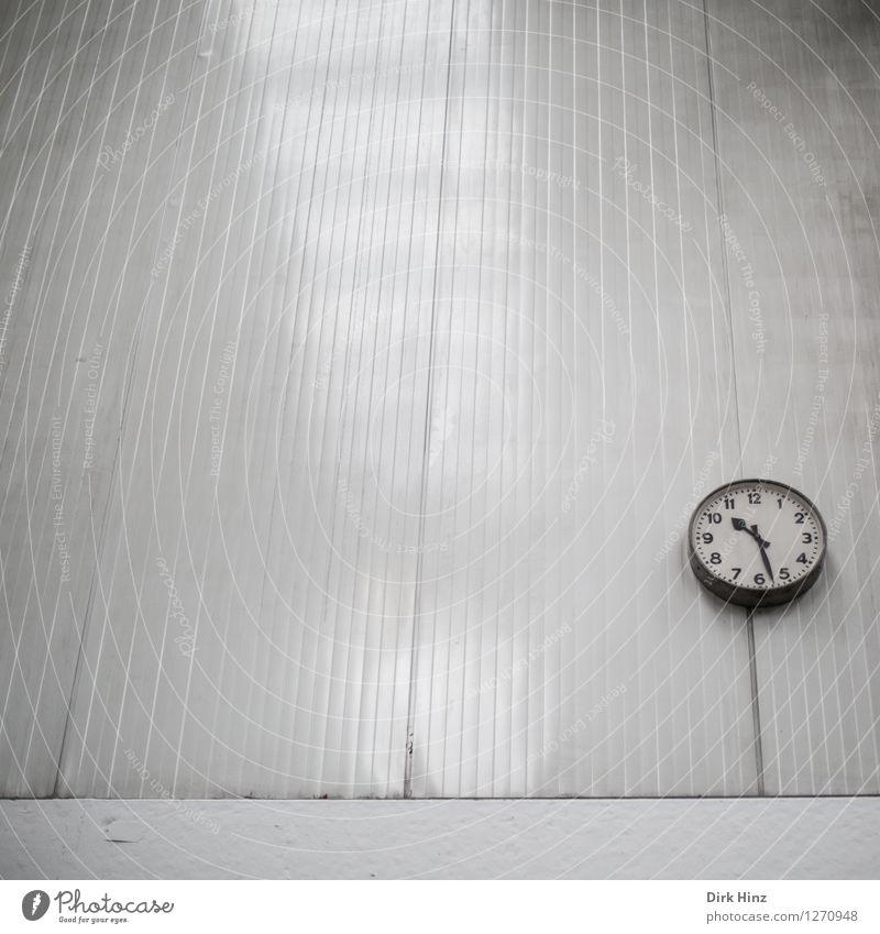 Kurzvorhalbelf alt weiß Wand Architektur Gebäude Mauer grau Zeit Linie Ordnung Uhr trist Vergänglichkeit Industrie retro Streifen