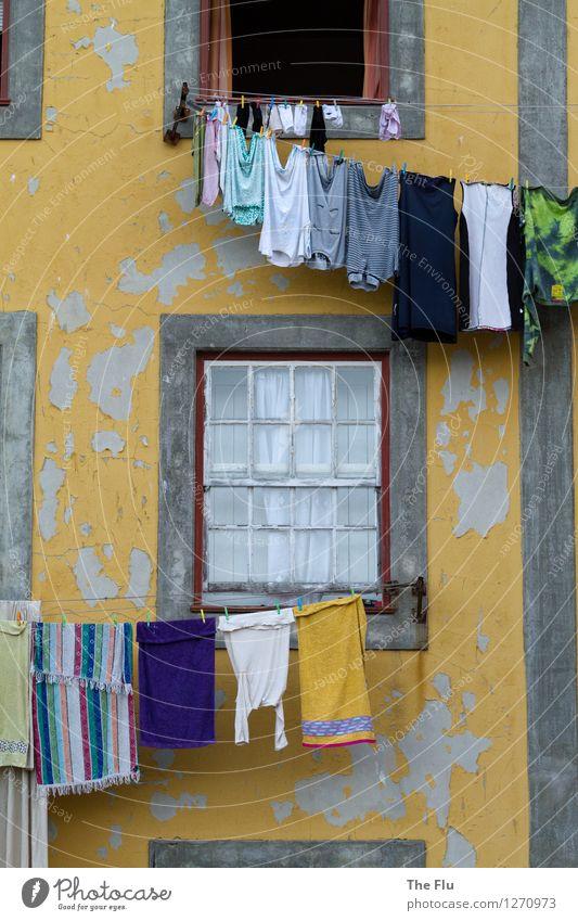 Waschtag Stadt blau weiß Haus Fenster gelb grau Fassade Wohnung Häusliches Leben Ordnung Europa Sauberkeit Hemd Altstadt Sorge