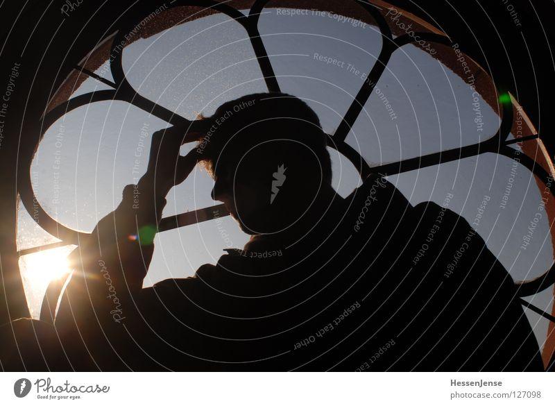 Kontrast 3 Religion & Glaube Hoffnung Mann Fenster rund Sinnesorgane Hand Licht Konzentration Moral Blick Himmel Sonne Kopf