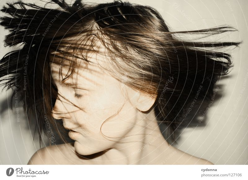 Shake of the Head II Frau schön Beautyfotografie Porträt geheimnisvoll schwarz bleich Lippen Stil lieblich Selbstportrait Gefühle Licht Schwäche feminin