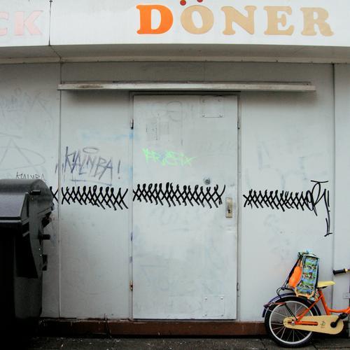 schulschluss Graffiti Tür Wohnung Fahrrad Ecke Bildung Müll Appetit & Hunger Schaf lecker Eingang Schüler Fleisch Container Tasche Recycling