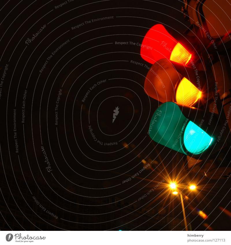und ab die post Ampel Licht Langzeitbelichtung Belichtung Verkehr Nacht Straßenverkehr stoppen stehen Überqueren Straßenbeleuchtung modern Düsseldorf Mischung