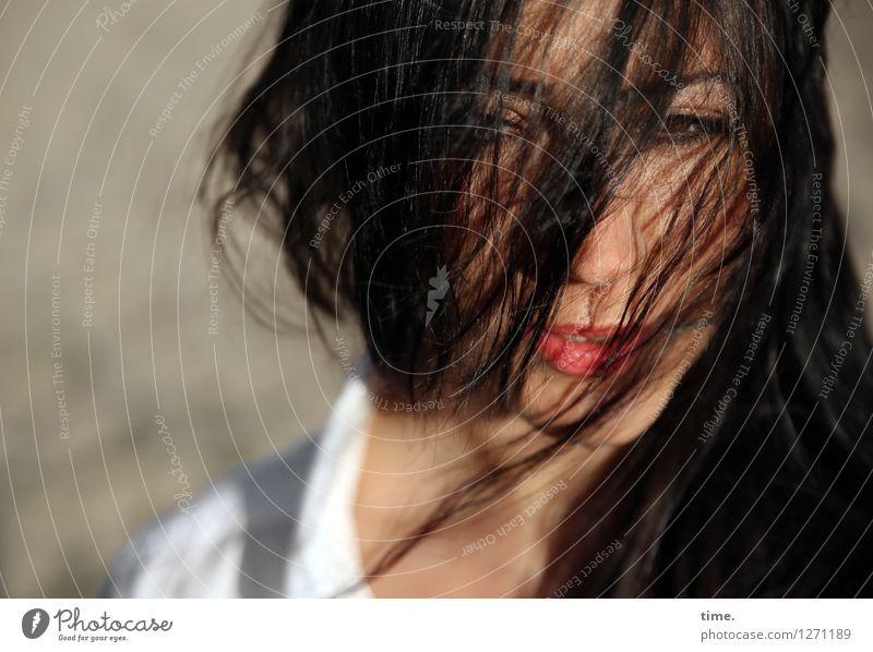 Nastya feminin 1 Mensch Sand Schönes Wetter Hemd schwarzhaarig langhaarig beobachten Denken Blick warten Leidenschaft Wachsamkeit Leben Schüchternheit Respekt
