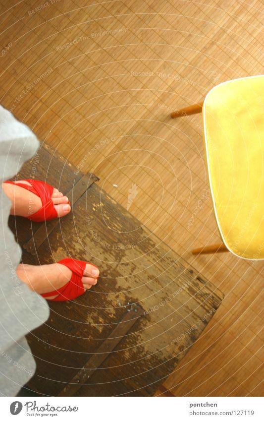 Nicht den Boden berühren II. Frau rot Sommer Freude Erwachsene Ferne gelb feminin Spielen oben Holz Fuß Schuhe Raum stehen Bodenbelag