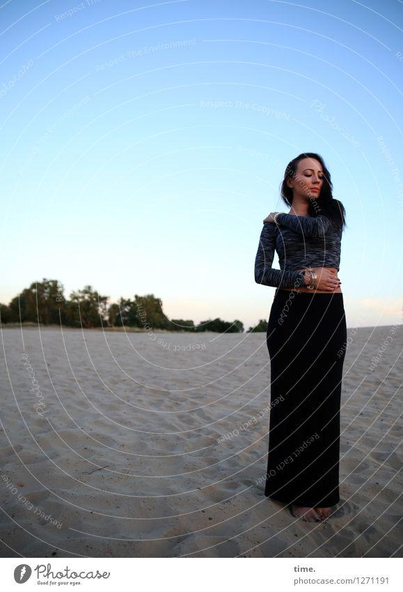 Nastya feminin Frau Erwachsene 1 Mensch Landschaft Horizont Schönes Wetter Düne Rock Schmuck schwarzhaarig langhaarig beobachten Denken genießen Blick stehen