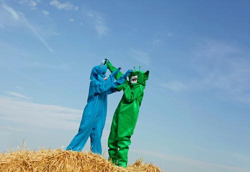 dance with somebody Lifestyle elegant Stil Design exotisch Freude Freizeit & Hobby Sport Kunst Kunstwerk Abenteuer ästhetisch grün blau Blauer Himmel kampeln