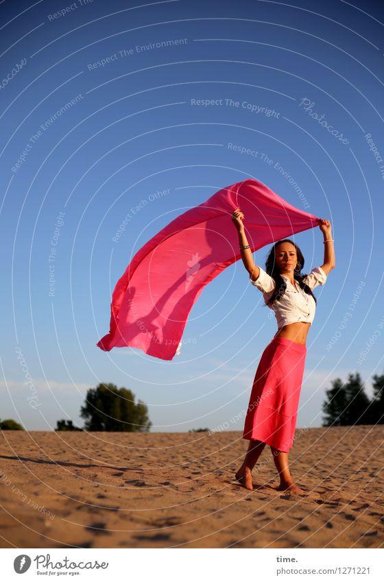 windig | Nastya feminin 1 Mensch Sand Himmel Wolkenloser Himmel Sommer Baum Düne Hemd Rock Stoff Tuch Barfuß schwarzhaarig langhaarig beobachten festhalten