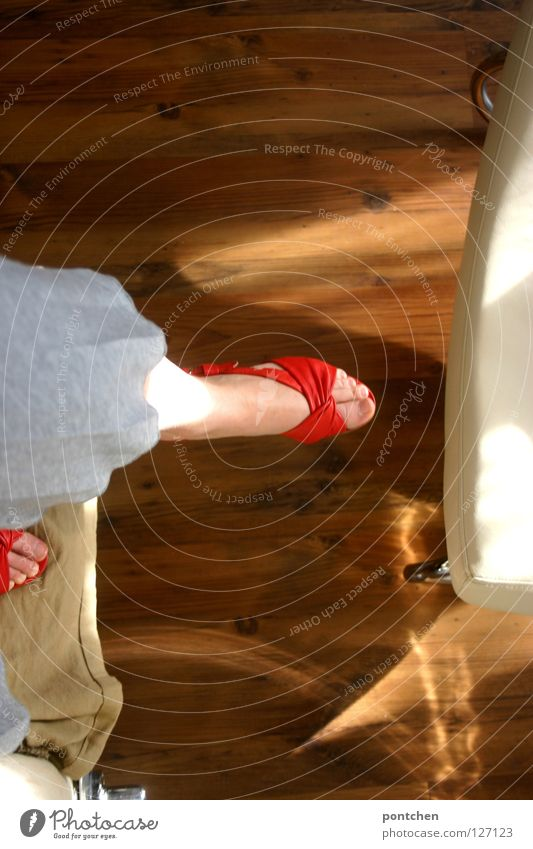 Frauenfüße in roten offenen schuhen. Einrichtung. Stehen und bewegen. Sommer Möbel Sofa Stuhl Raum Erwachsene Schuhe Holz stehen oben retro gelb Mut Vertrauen