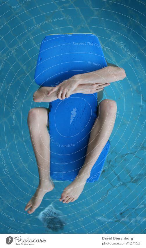 My new friend lustig Schwimmen & Baden einzeln Schwimmbad festhalten Im Wasser treiben skurril Wasseroberfläche anonym Schwimmhilfe kopflos gesichtslos 1 Mensch Nichtschwimmer Männerbein Vor hellem Hintergrund