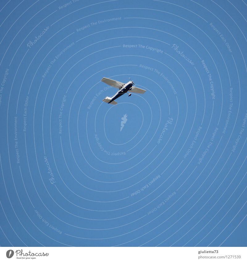 Schönwetterflug Ferien & Urlaub & Reisen blau Sommer Glück klein Freiheit fliegen Freizeit & Hobby Luftverkehr frei Ausflug Lebensfreude Flugzeug Unendlichkeit