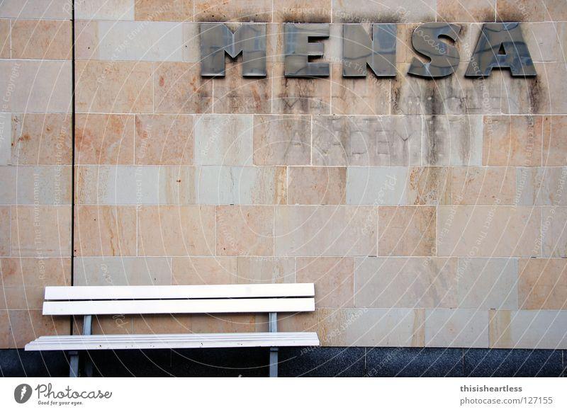Guten Appetit ruhig Erholung Stein Mauer warten dreckig Studium Pause Bank Schriftzeichen Buchstaben Gastronomie Backstein Appetit & Hunger Reihe parken
