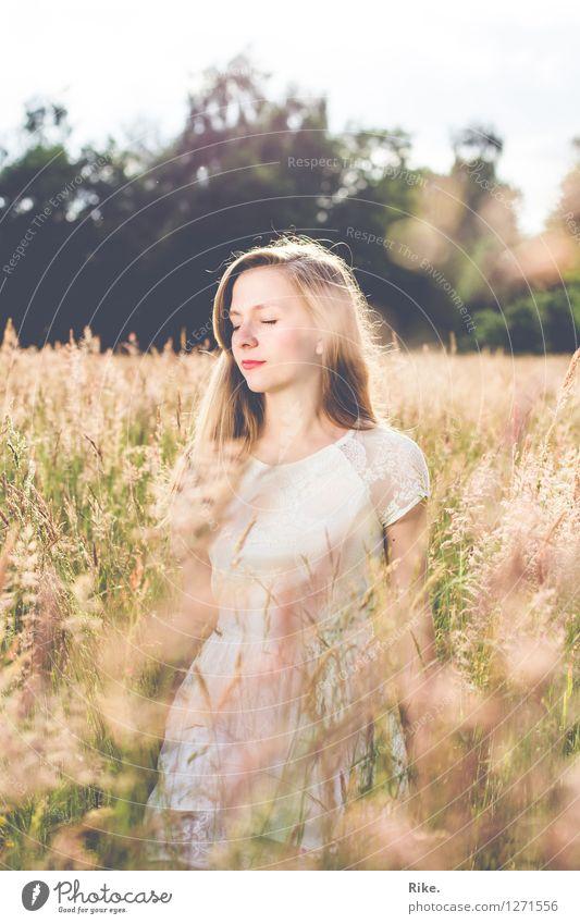 Den Sommer spüren. Mensch feminin Junge Frau Jugendliche Erwachsene 1 13-18 Jahre Kind 18-30 Jahre Umwelt Natur Landschaft Wiese Feld Kleid blond Erholung