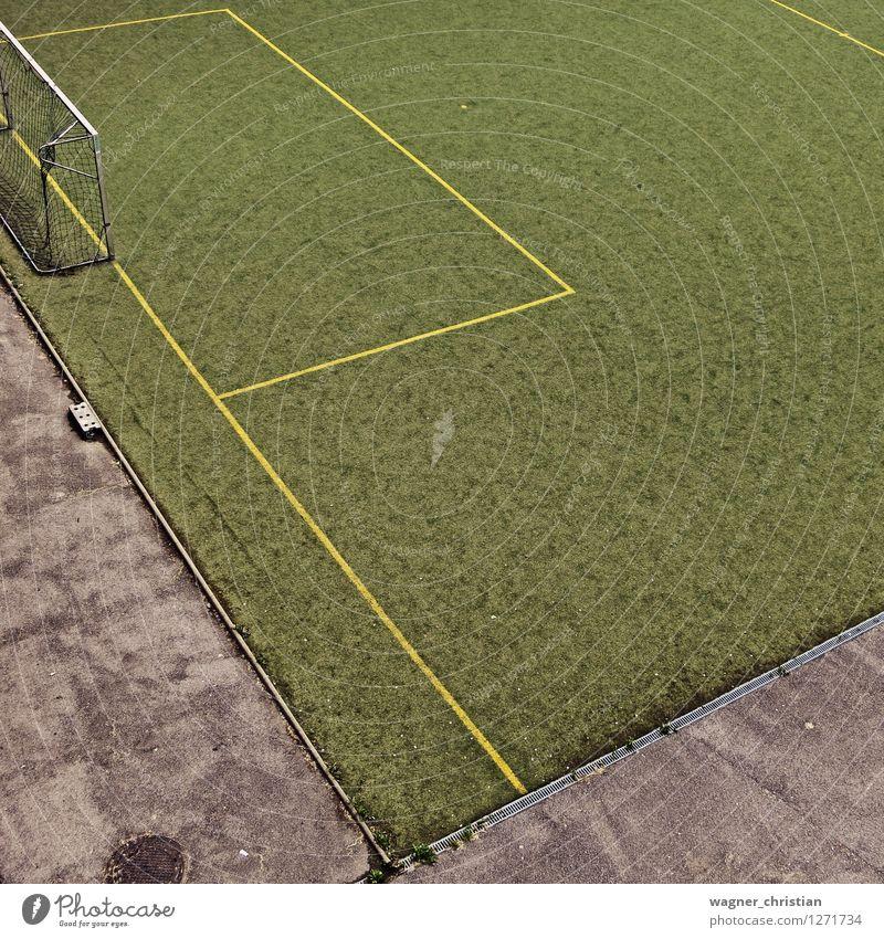 Fußball Freizeit & Hobby Sport Ballsport Sportstätten Fußballplatz Stadt Beton einfach kalt sportlich grün Stimmung Freude Müdigkeit Einsamkeit Erschöpfung