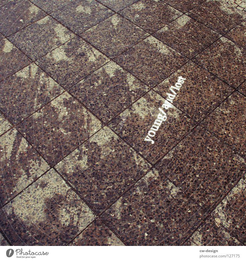 L O S T verloren nass feucht Regen Fußspur Reifenspuren Fuge Muster Streifen Linearität flach Quadrat Mathematik dunkel schwarz weiß Richtung Osten Langeweile