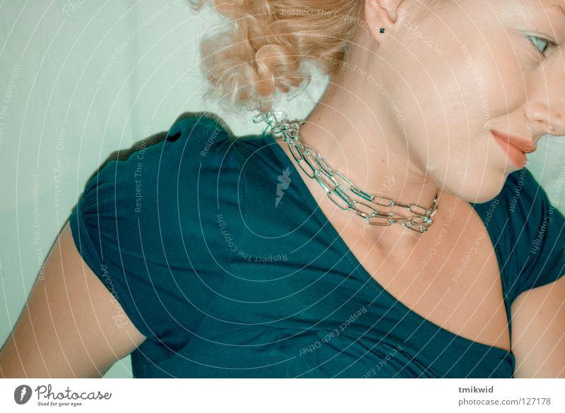 Ksenia Frau Porträt blond grinsen woman flying blue happy chain