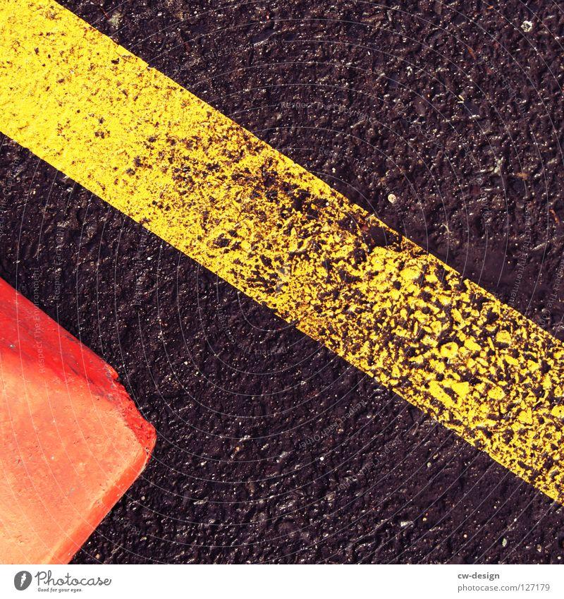 Schwarzrotgelb verloren nass trocken feucht Regen Fußspur Reifenspuren Muster Streifen Linearität flach Quadrat Mathematik dunkel schwarz weiß braun beige grau