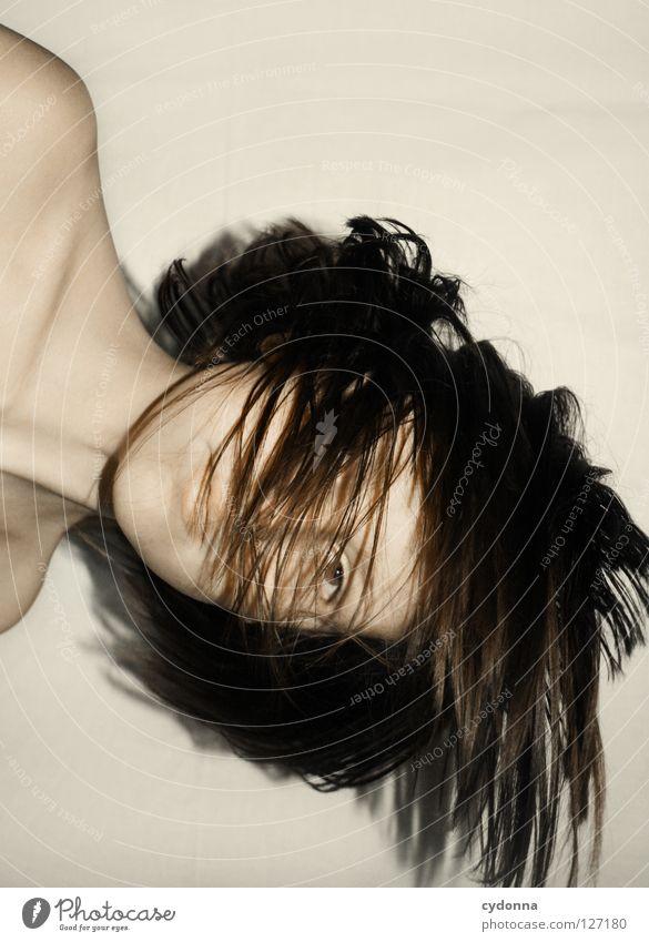 Schwebe I Frau Mensch Natur schön schwarz ruhig feminin Leben Gefühle Kopf Bewegung Haare & Frisuren Stil Traurigkeit träumen Wind