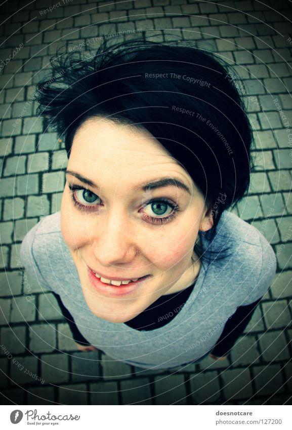Sköne Oke. Freude Haare & Frisuren Gesicht Frau Erwachsene Auge Wind lachen grinsen sympathisch Kopfsteinpflaster Vignette Weitwinkel Porträt Lächeln Junge Frau