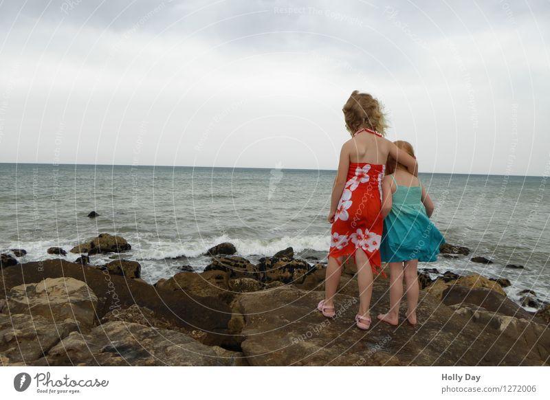 Dahinter ist Afrika - Zwei Kinder am portugisichen Strand Ferien & Urlaub & Reisen Ferne Freiheit Sommer Sommerurlaub Wellen Mensch Kleinkind Mädchen